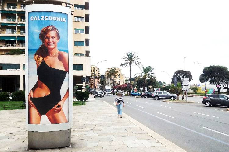 Pubblicità Out Of Home IGPDecaux Colonne a Genova per Calzedonia