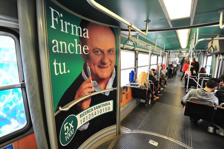 Pubblicità su tram a Milano Interno Vettura Dinamica IGPDecaux per Humanitas